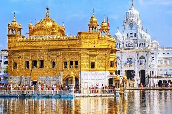 भारत के पंजाब में स्थापित अमृतसर शहर आकर्षण का मुख्य केंद्र है। गुरु की नगरी कहलाने वाला यह शहर सिख संस्कृति का केंद्र है।