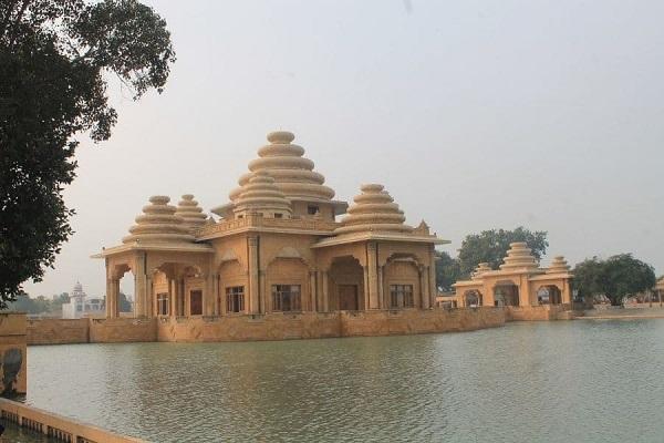 यहां घूमने के लिए स्वर्ण मंदिर, जलियांवाला बाग, स्वर्ण मंदिर जैसे पवित्र स्थल है। यहां पर आपको मन की शांति व खुशी का एहसास होगा। इसके साथ आप वाघा बॉर्डर भी घूमने जा सकते है।