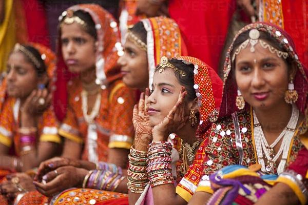 इसके साथ ही राजस्थान में ढाबों पर दाल बाटी चूरमा व अन्य टेस्टी पकवानों को खाने का आनंद ले सकते हैं।