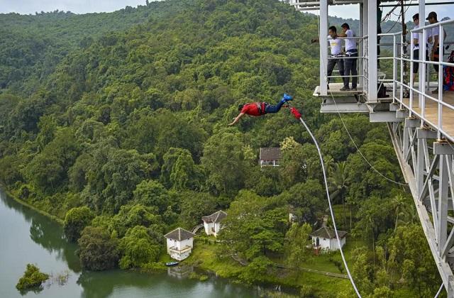 यहां पर आप 35 मीटर की ऊंचाई से जंप करके खुले आसमान में घूमकर खुद को आजाद महसूस करेंगे।