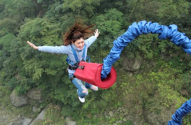 आपको खुले आसमान में करीब 45 मीटर की ऊंचाई से जंप करने का मौका मिलेगा।