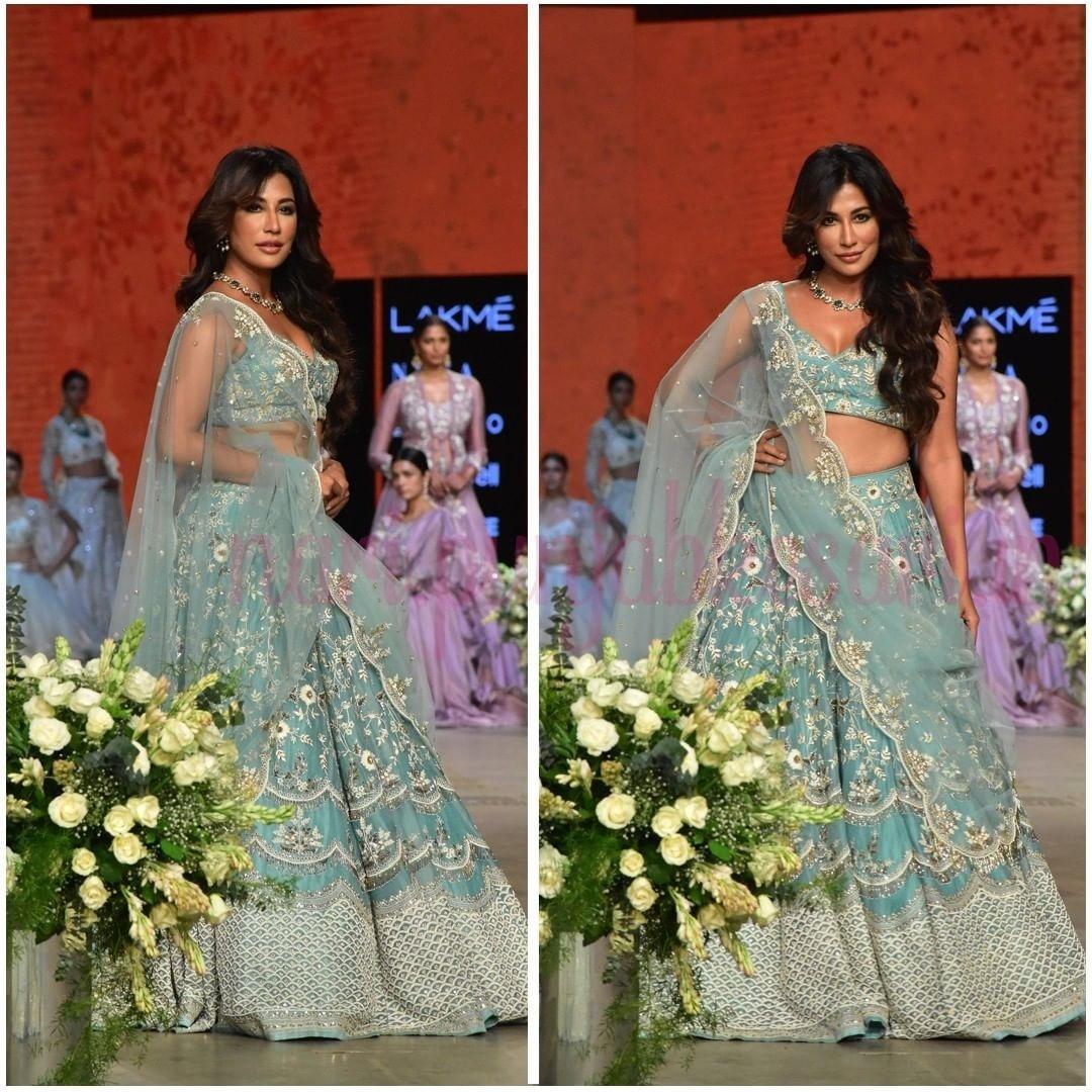 एक्ट्रेस चित्रांगदा सिंह मशहूर फैशन डिजाइनर शिखा और सृष्टि के लिए रैंप पर उतरीं। उन्होंने ब्लू और व्हाइट सिमरी लहंगा पहना था, जिसमें वो बेहद खूबसरत लग रही थी।