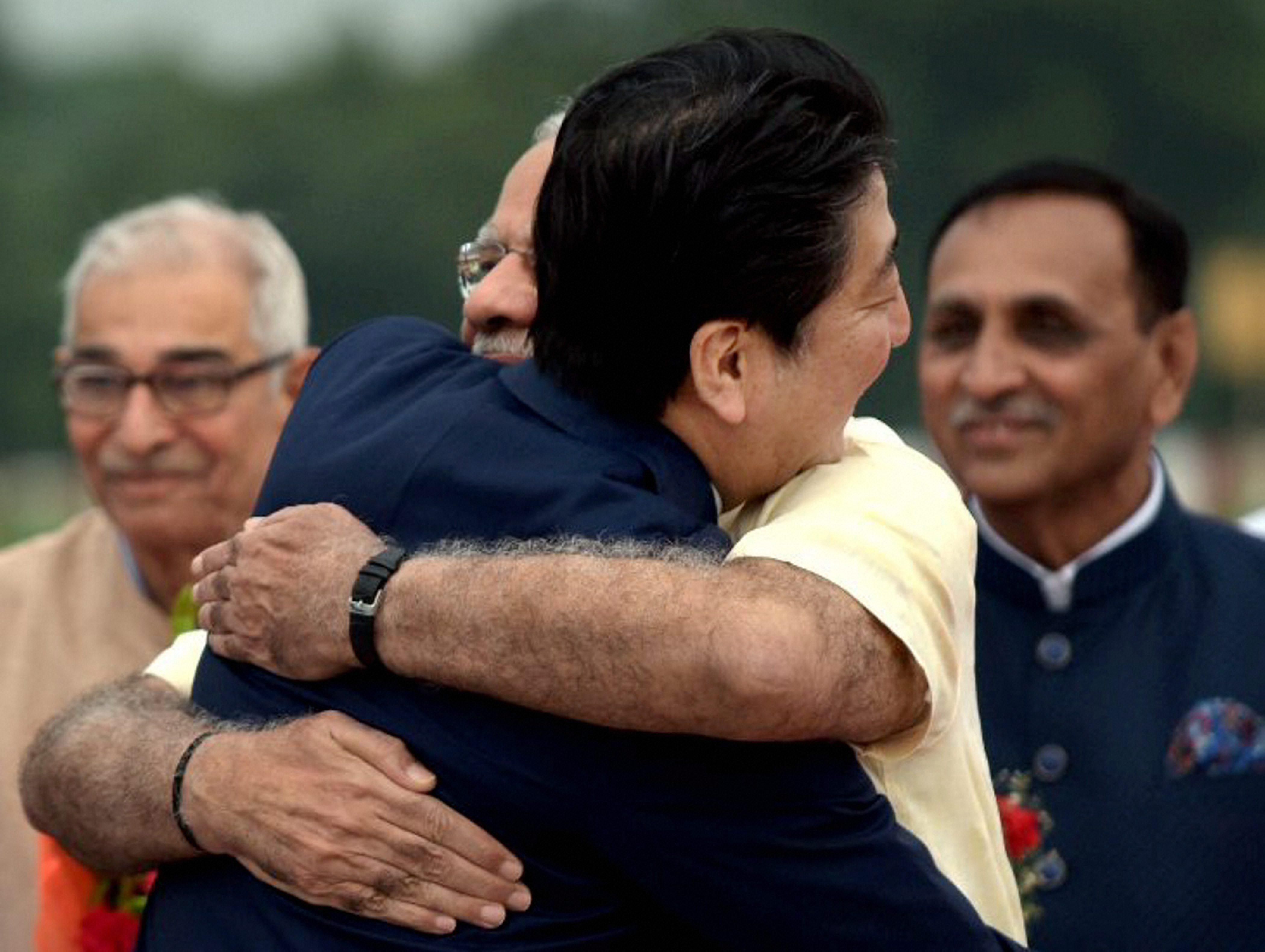 खुली जीप में आबे और मोदी का रोड शो, एयरपोर्ट पर PM ने दोस्त को दी 'जादू की झप्पी'