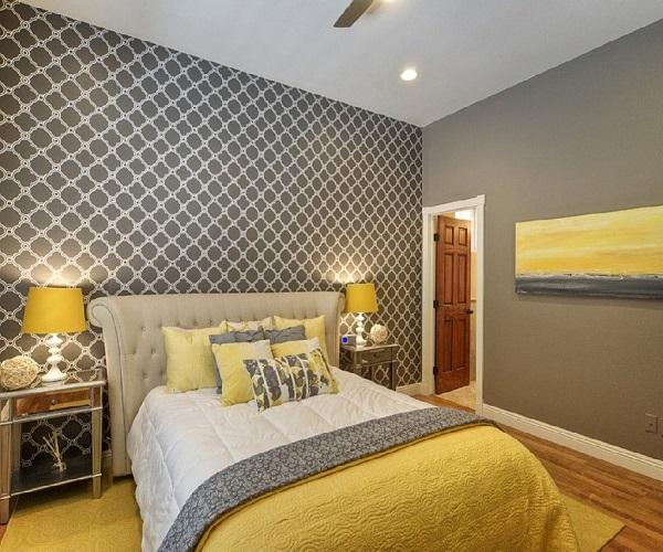 आप चाहे तो बेडरूम को भी इन रंगों से अलग लुक दे सकती है। इसके लिए रुम की दीवार ग्रे करवाएं। कंबल और टैंप यैलो कलर का रखें।