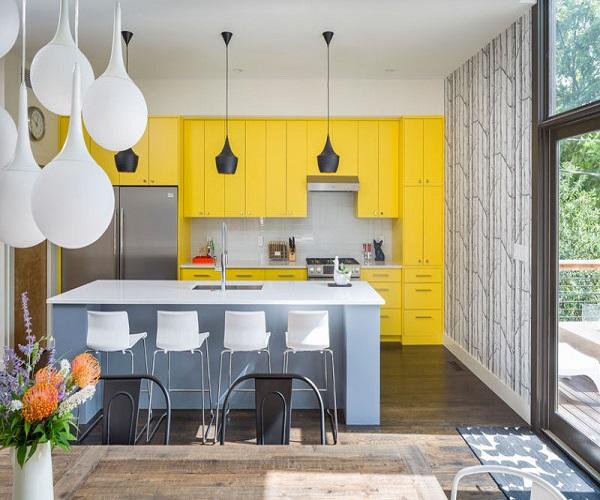 घर के बाकी कमरों के साथ आप किचन को ग्रे-यैलो रंगों से सजा सकती है।