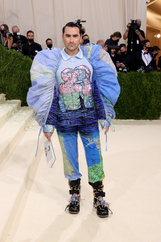 शिट्स क्रीक स्टार डैन लेवी अपनी ओटीटी पोशाक के साथ शिरकत की, जिसपर Map बना हुआ था।