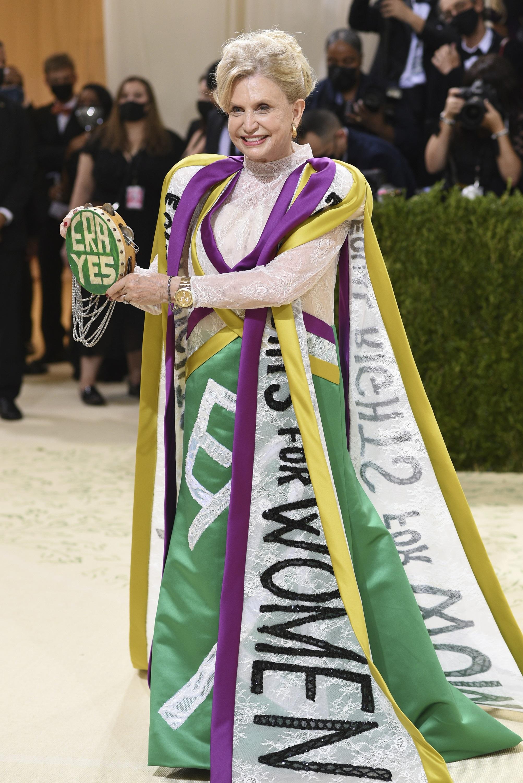 न्यूयॉर्क की प्रतिनिधि कैरोलिन बी मैलोनी ने सफेद, बैंगनी और गोल्ड रंग की ड्रैस पहनी थी, जिसपर बोल्ड अक्षरों में लिखा -