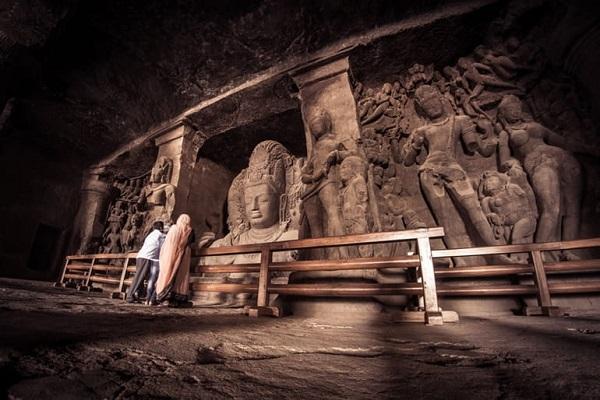 देशभर में घूमने की बहुत सी जगहें है। कई जगहें तो बेहद ही प्राचीन व ऐतिहासिक महत्व रखती है। वहीं ऐतिहासिक स्थलों में महल, किले, इमारतें, गुफाएं आदि आते हैं।