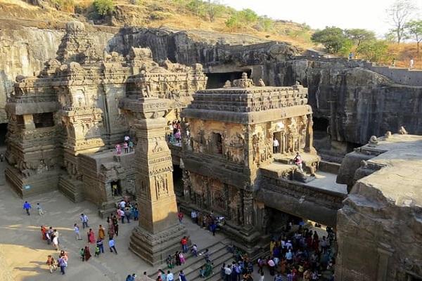 एलोरा की गुफाई महाराष्ट्र के औरंगाबाद जिले में स्थित है। ये गुफाएं भारत के प्राचीन स्थलों का हिस्सा है। इन गुफाओं को बड़े-बड़े चट्टानों व पहाड़ों को काटकर बनाया गया है।