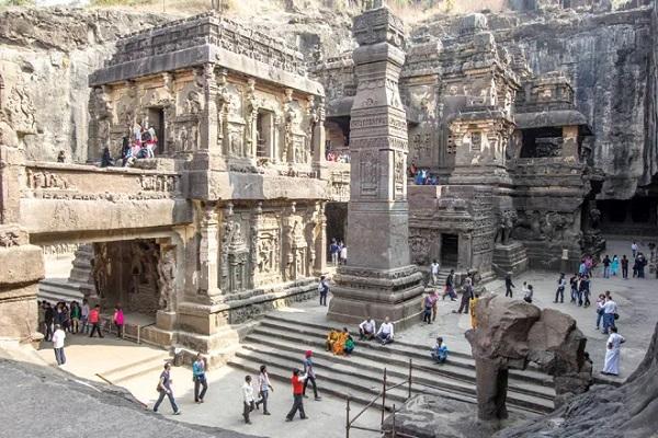 साथ ही ये वास्तुकला का बेहतरीन व शानदार नमूना है। इन प्राचीन गुफाओं में हिंदू, बौद्ध और जैन धर्म के कई मंदिर स्थापित है। ऐसे में दुनियाभर से लोग इसे देखने के लिए आते हैं। बता दें, ये गुफाएं यूनेस्को द्वारा घोषित एक विश्व धरोहर स्थल है।