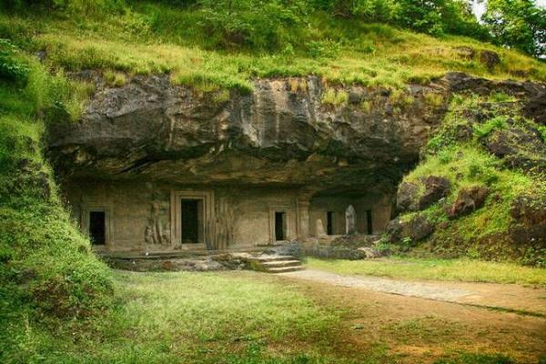 इसमें कुल 7 गुफाएं बनी है जिन्हें पहाड़ों को काटकर तैयार किया गया है।