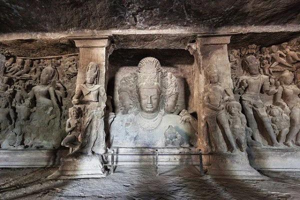 आकर्षण का केंद्र इन गुफाओं को भी यूनेस्को की विश्व धरोहर स्थलों में शामिल किया गया है।