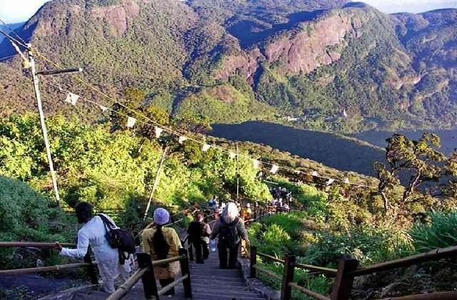 श्रीलंका में एंट्री करने के लिए आपको बस बोट पर बैठ पानी को पार करने की जरूरत है।
