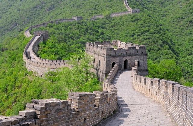 ग्रेट वॉल ऑफ चाइना तो दुनियाभर में मशहूर है। माना जाता है कि यह दीवार करीब 8,850 किलोमीटर में बनी है।