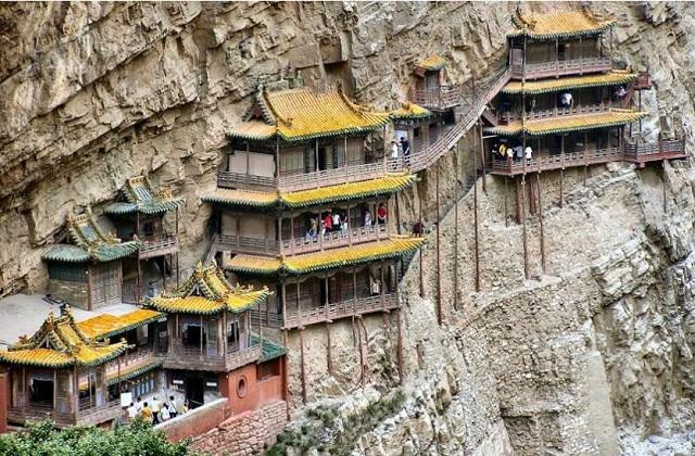 चीन में करीब 1500 साल पुराना एक मंदिर है। इसका नाम हैंगिंग टेंपल है। यह मंदिर बड़े से पहाड़ के एक कोने पर बनाया गया है।