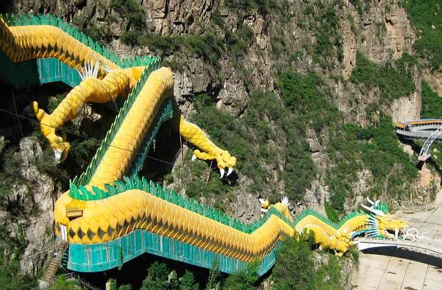 ड्रेगन एस्केलेटर  (Dragon Escalator) लोगों का खास आकर्षण का केंद्र है। यह बीजिंग से कुछ दूरी पर एक पहाड़ी पर बना है।