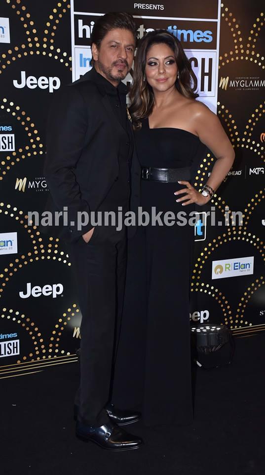 एक्टर शाहरूख खान वाइफ गौरी खान के साथ अवॉर्ड शो में पहुंचे। दोनों मैचिंग ब्लैक आउटफिट में दिखें।