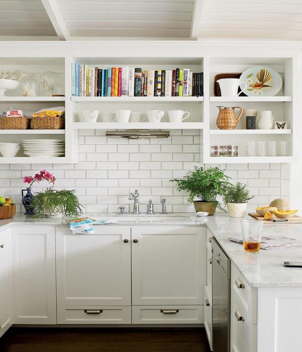 आप किचन में ओपन कैबिनेट्स बनाकर भी चीजें अरेंज कर सकते हैं।