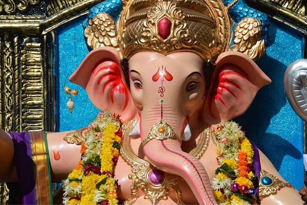 कनॉट प्लेस को दिल्ली का दिल कहा जाता है। यहां पर स्थित गणेश मंदिर बेहद ही प्रसिद्ध है। यहां पर हर साल गणेश चतुर्थी के पावन दिनों पर बड़ा पंडाल सजाया जाता है।