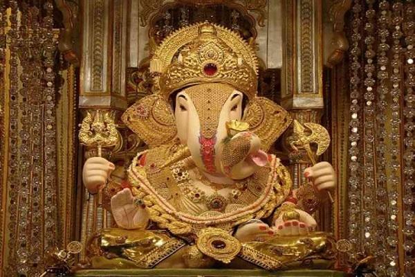 मुंबई की तरह दिल्ली में भी बप्पा का श्री सिद्धि विनायक मंदिर स्थित है। दिल्ली के द्वारका पर स्थापित इस मंदिर में गणेश जी की एक बेहद ही बड़े आकार की मूर्ति है जो लोगों को आकर्षण का केंद्र है।