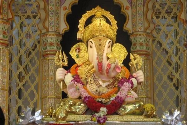 मंदिर में रोजाना विशेष रुप में लड्डू और मोदक बनाकर बप्पा को भोग लगाए जाते हैं।