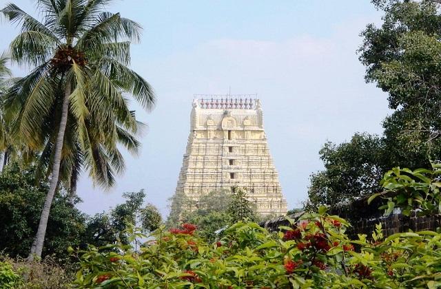 वहीं देशभर में अलग-अलग शिव मंदिर के साथ पांच तत्व (अग्नि, जल, वायु, धरती व आकाश) पर आधारित शिवलिंग पर स्थापित है।