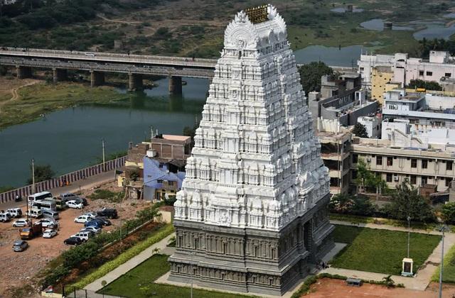 भोलेनाथ का वायु तत्व का प्रतिनिधित्व करने वाला श्रीकालहस्ति मंदिर आंध्र प्रदेश के जिले चित्तुर के काला हस्ती में है।