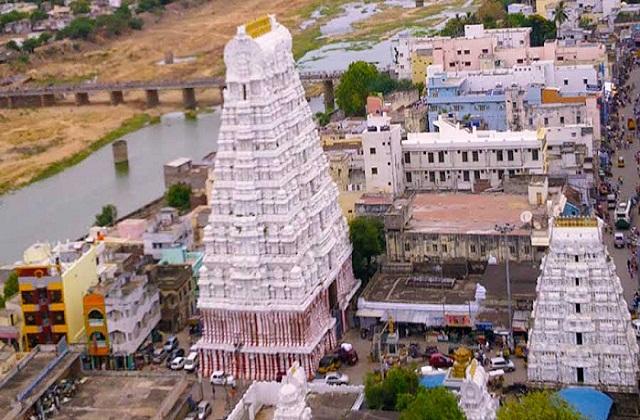 मंदिर में शिवलिंग की ऊंचाई करीब 4 फिट है। मगर शिवलिंग पर जल चढ़ाने की मनाही है। मगर मंदिर में एक अलग शिला स्थापित है, जहां पर भक्त जल चढ़ाते हैं।