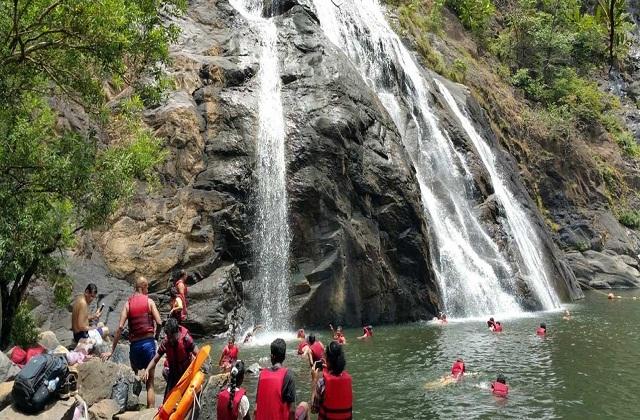 गोवा का दूधसागर झरना लोगों की आकर्षण का मुख्य केंद्र माना जाता है। चारों ओर हरे-भरे जंगल व प्राकृतिक नजारों से भरी यह जगह किसी का भी मन आसानी से जीत लेती है।