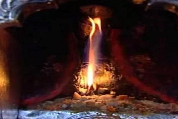 पौराणिक कथा अनुसार, इस पावन स्थल पर देवी सती की जिह्वा गिरी थी। कहते हैं कि मंदिर की धरती से निकली ज्वाला दिन-रात जलती रहती है। इसलिए यह पावन स्थल  ज्वाला देवी मंदिर के नाम से मशहूर है।