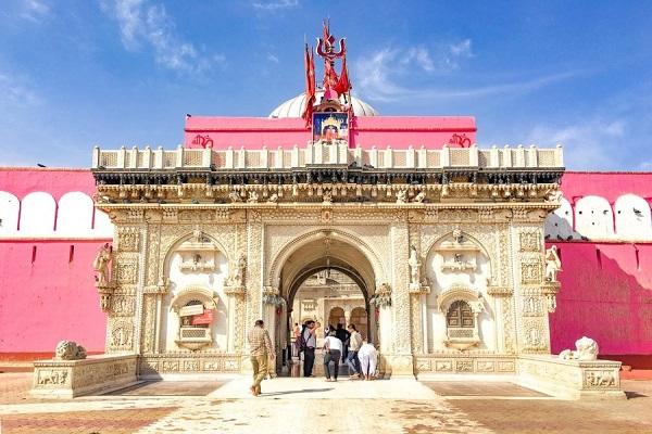 करणी माता मंदिर, राजस्थान के बीकानेर से करीब 30 किलोमीटर की दूरी पर स्थित है। यहां पर हर साल भक्तों की भीड़ रहती है।