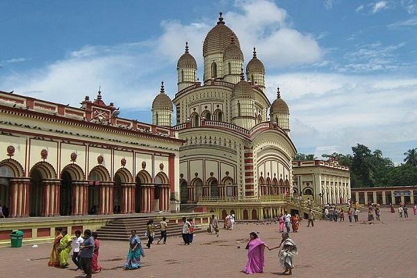 दक्षिणेश्वर काली मंदिर, पश्चिम बंगाल के कोलकाता में स्थित है। मां काली का यह मंदिर ही खूबसूरत बना हुआ है।