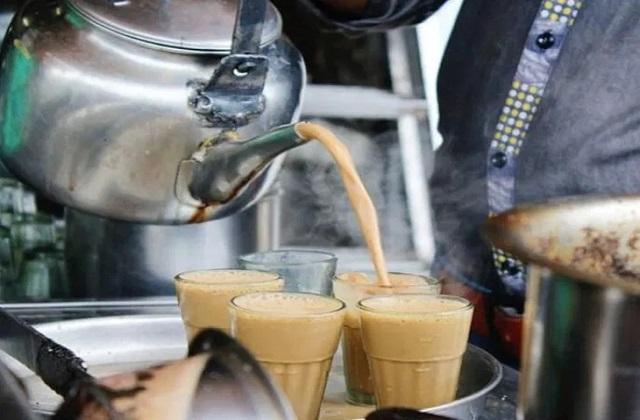 कोलकाता में एक ऐसा ही चाय वाला है जो किसी होटल नहीं बल्कि चाय की टपरी लगाकर ही 1000 रुपये की चाय बेच रहे हैं।