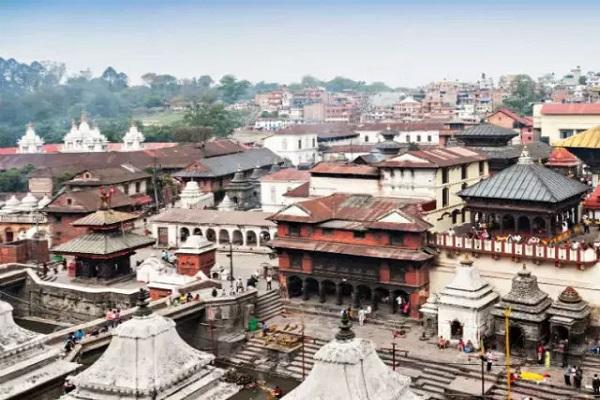 भारत के पड़ौसी देश नेपाल की भाषा तो नेपाली है। मगर यहां के कई लोग नेपाली के साथ हिंदी भी भाषा का भी इस्तेमाल करते हैं।