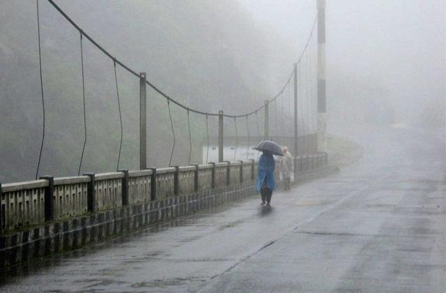 असम पूर्वोत्तर क्षेत्र का एक खूबसूरत राज्य है। मगर मानसून में यहां पर भारी वर्षा होती है। इसके कारण लोगों का घर से बाहर निकलना भी मुश्किल हो जाते हैं।