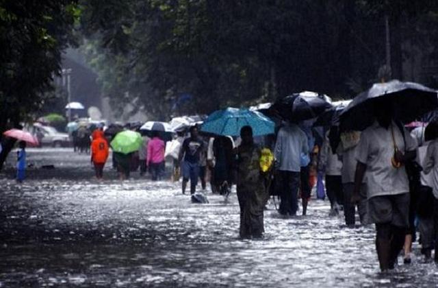 घूमने के लिए दार्जिलिंग पर्यटकों की फेवरेट लिस्ट में आता है। मगर भारी बारिश के कारण यहां पर कई समस्याओं का सामना करना पड़ सकता है।