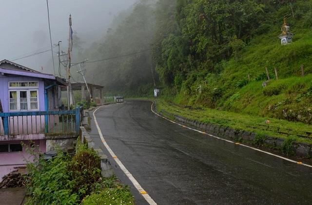 प्राकृतिक खूबसूरती से भरे सिक्किम में भी मानसून में जाना खतरे से खाली नहीं माना जा सकता है।