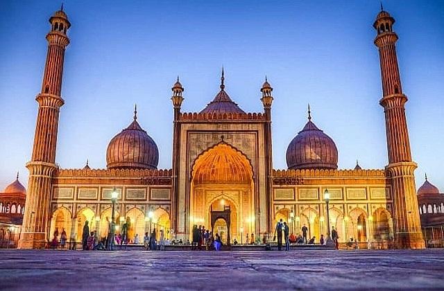 ऐसे में आज हम आपको दुनिया की 5 मस्जिमों के बारे में बताते हैं।