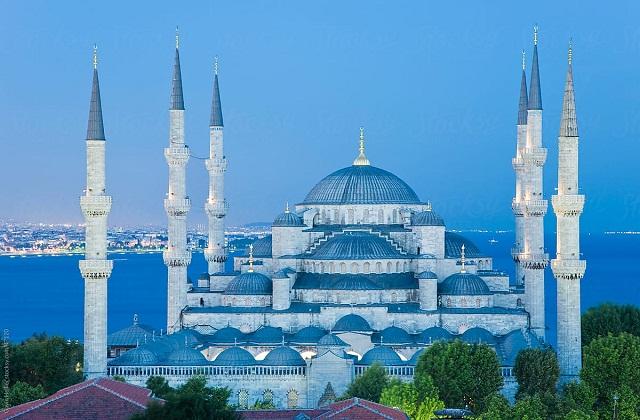नीली मस्जिद तुर्की के शहर इस्तांबुल में स्थित है। इसकी अंदर की दीवारें व टाइल्स नीली होने से इसे नीली मस्जिद या ब्लू मस्जिद कहा जाता है।