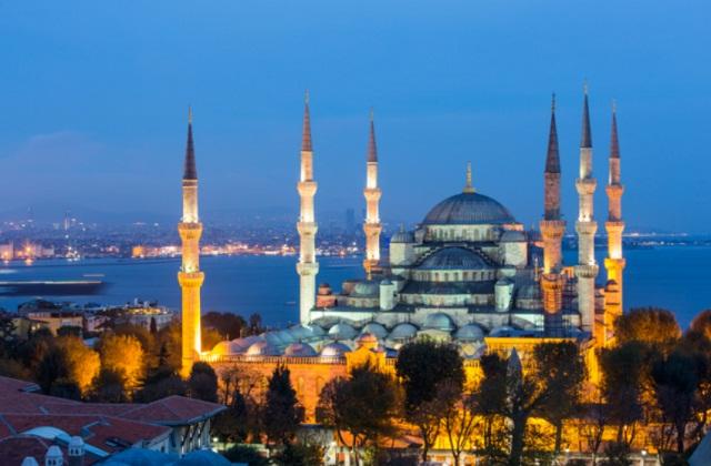 हां पर बनी 6 मीनारें सुइयों की तरह दिखाई देती है, जो इसकी खूबसूरती को और भी बढ़ाते हैं। इसकी वास्तुकला में परंपरागत इस्लामिक रूप झलखती है।