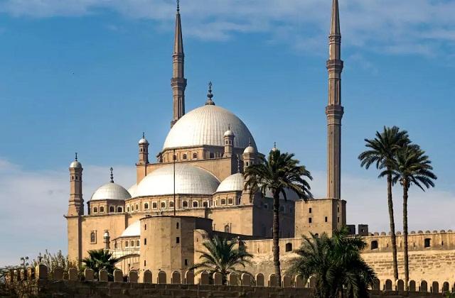यह वहां की सबसे मशहूर व मस्जिदों में है। यहां आने वाले यात्री सबसे पहले इस मस्जिद के दर्शन करते हैं।