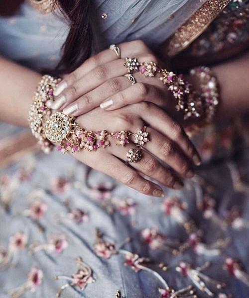 मगर कई बार दुल्हन इसे पहनने में कंफ्यूज रहती है। असल में, आप चाहे तो Hand Jewellery को शादी से पहले वाले फंक्शन्स में भी पहनन सकती है।