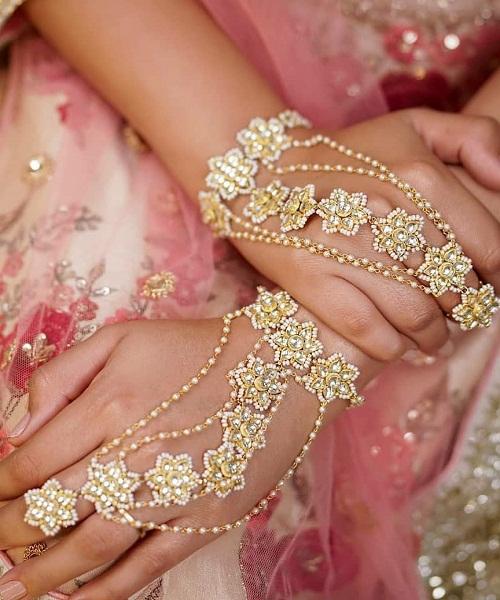 शादी वाले दिन के लिए ऐसा हाथ फूल चुनें।