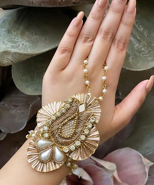 Ring Ceremony में कुंदन व मोतियों से तैयार यह सिंपल डिजाइन ले सकती है।