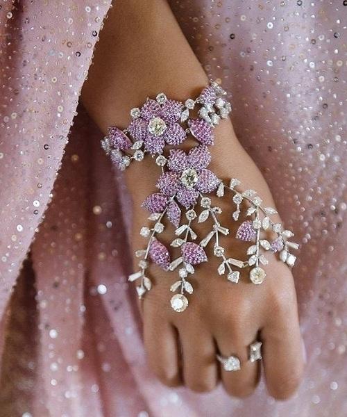 Ring Ceremony के लिए आप स्टोन से तैयार हाथ फूल पहन सकती है।