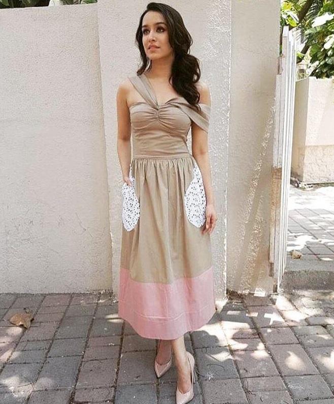 कॉलेज में शॉर्ट ड्रेसेज पहनना पसंद करती हैं तो इस तरह की ड्रेस आपको प्रिटी लुक देगी।