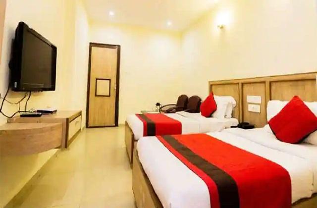 घर से होटल की ऑनलाइन बुकिंग करें। इसके लिए आपको इंटरनेट पर कई ऑफर व सस्ते होटल मिल जाएंगे।