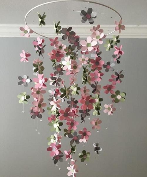 फूलों को अलग-अलग धागे में बांधें। बाद में लकड़ी को गोल करके उसपर सभी धागे बांध दें।