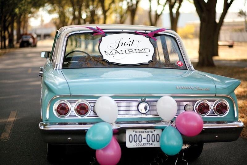 तो चलिए आज हम आपको शादी के लिए कार डेकोरेशन के कुछ खास तस्वीरें दिखाते हैं जिनसे आपको बहुत सारे आइडियाज मिल सकते हैं।