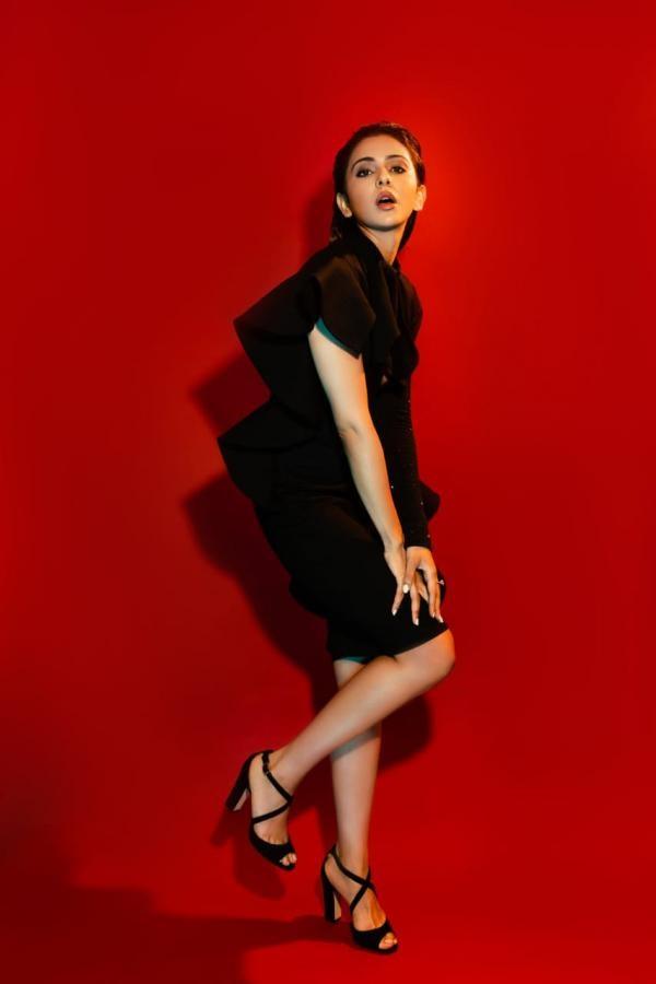 ब्लैक रफ्फल ड्रेस